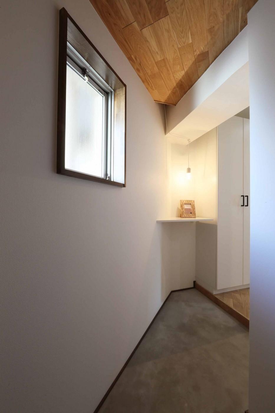 カフェのような雰囲気♪使いやすい間取りを考えたリノベーション (玄関)