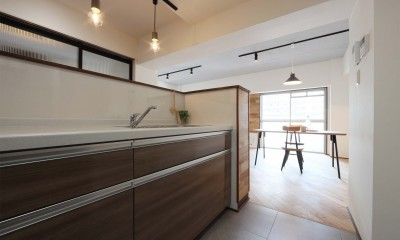無垢フローリングを贅沢に使用♪暮らしやすい間取りを考えたリノベーション (キッチン)