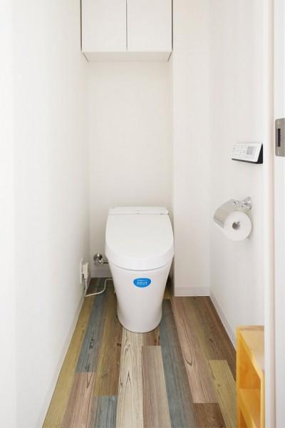 トイレは床がポイント (家族の趣味をメインにしたインテリアは、海風を感じる西海岸のリゾート風。)