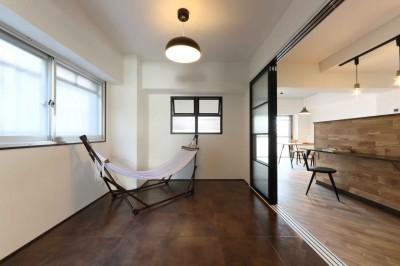 洋室 (無垢フローリングを贅沢に使用♪暮らしやすい間取りを考えたリノベーション)