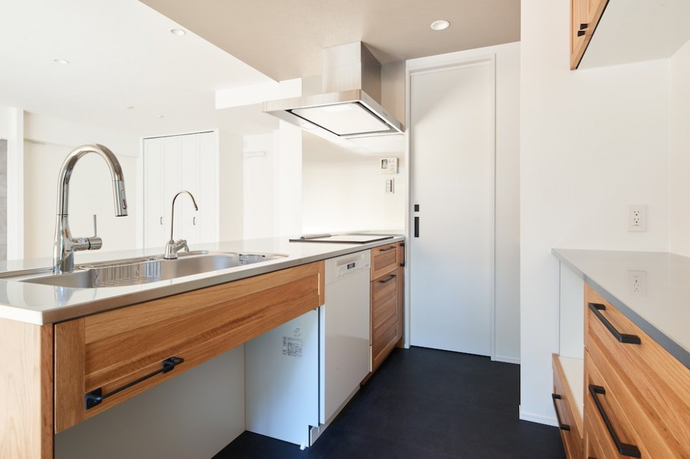 無垢の床の感触を楽しみ暮らす (キッチン)