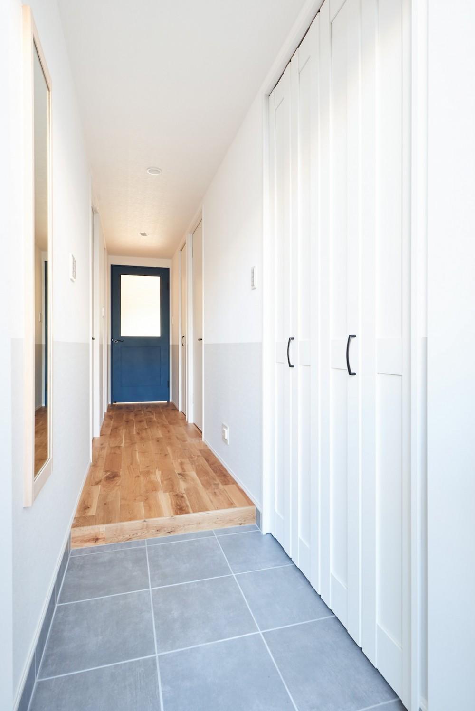 無垢の床の感触を楽しみ暮らす (玄関・廊下)