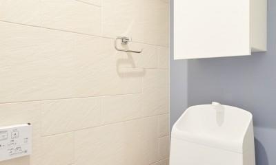 無垢の床の感触を楽しみ暮らす (トイレ)