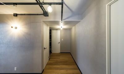 広々とした明るい土間が魅力。落ち着き感のあるインダストリアルな住まい (廊下の壁紙や照明もインダストリアルなイメージのものをセレクト)