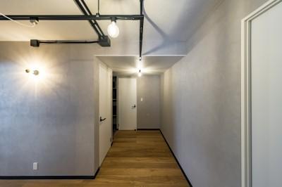 廊下の壁紙や照明もインダストリアルなイメージのものをセレクト (広々とした明るい土間が魅力。落ち着き感のあるインダストリアルな住まい)