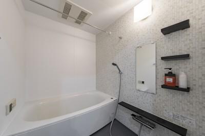 すっきりとシンプルなバスルーム (広々とした明るい土間が魅力。落ち着き感のあるインダストリアルな住まい)