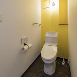 広々とした明るい土間が魅力。落ち着き感のあるインダストリアルな住まい (まねしたくなる黄色いクロスのトイレ)