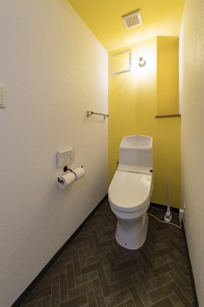まねしたくなる黄色いクロスのトイレ (広々とした明るい土間が魅力。落ち着き感のあるインダストリアルな住まい)
