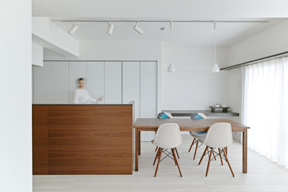 古谷野工務店「池袋本町の家-白とウォールナットでまとめたシンプルでモダンな住空間」