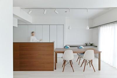 池袋本町の家-白とウォールナットでまとめたシンプルでモダンな住空間 (リビングダイニングキッチン)