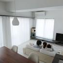 池袋本町の家-白とウォールナットでまとめたシンプルでモダンな住空間の写真 リビングダイニング