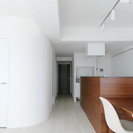 池袋本町の家-白とウォールナットでまとめたシンプルでモダンな住空間 (リビングダイニング)