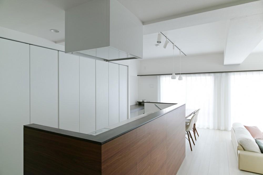 池袋本町の家-白とウォールナットでまとめたシンプルでモダンな住空間 (キッチン)