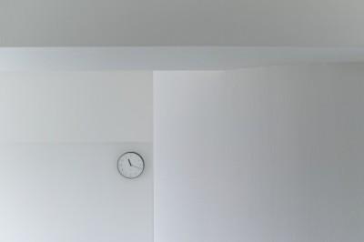 池袋本町の家-白とウォールナットでまとめたシンプルでモダンな住空間 (リビング)