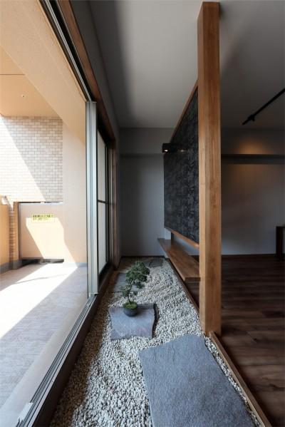 部屋の中に日本庭園のある和モダンリノベーション (リビング)