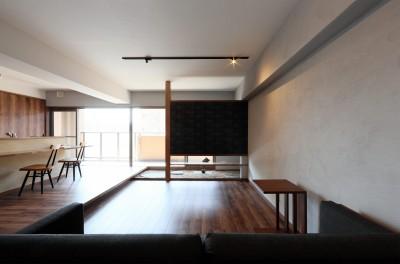 部屋の中に日本庭園のある和モダンリノベーション (リビング/ダイニング)
