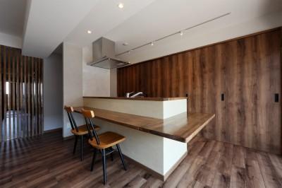 部屋の中にお庭のある和モダンな家 (キッチン)