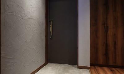 部屋の中に日本庭園のある和モダンリノベーション (玄関)