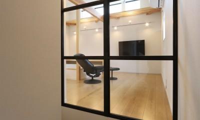 外部の視線を気にしない2階LDKの家 (階段の内窓)