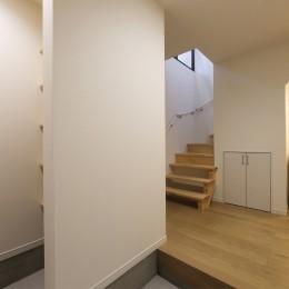 外部の視線を気にしない2階LDKの家 (玄関)