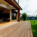 蓮田の家-大きな窓とデッキのある二世帯住宅-の写真 大きなデッキ