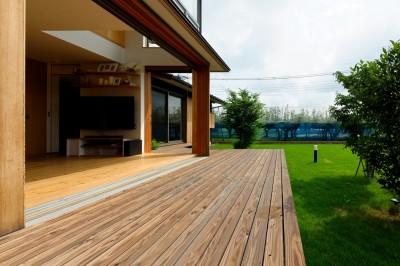 大きなデッキ (蓮田の家-大きな窓とデッキのある二世帯住宅-)