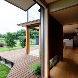蓮田の家-大きな窓とデッキのある二世帯住宅- (つながるデッキ)