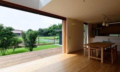蓮田の家-大きな窓とデッキのある二世帯住宅- (リビング)