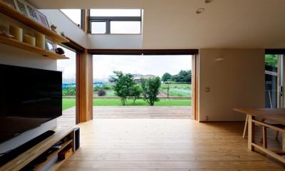 蓮田の家-大きな窓とデッキのある二世帯住宅-