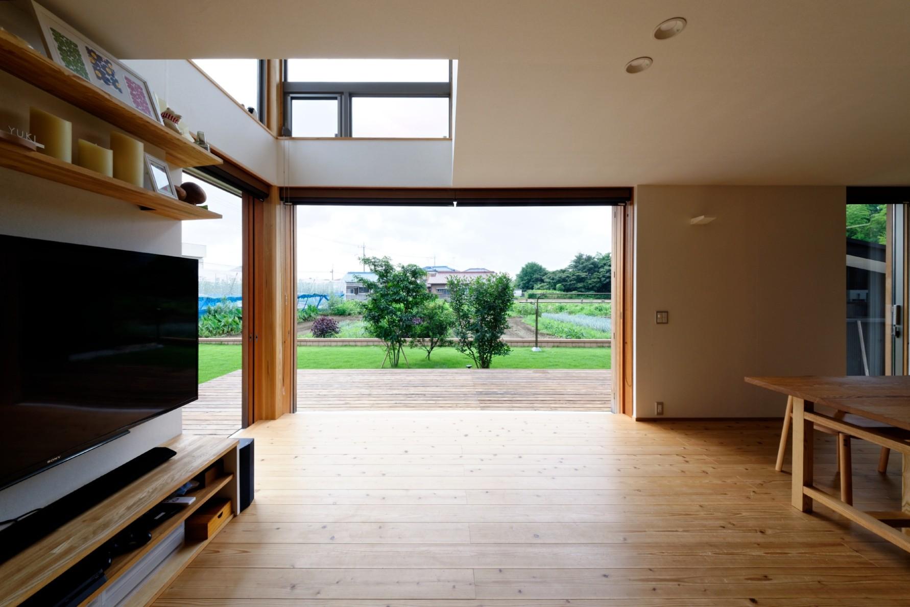 リビングダイニング事例:リビング(蓮田の家-大きな窓とデッキのある二世帯住宅-)