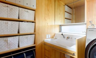 蓮田の家-大きな窓とデッキのある二世帯住宅- (洗面室)