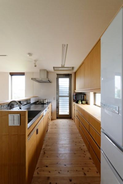 蓮田の家-大きな窓とデッキのある二世帯住宅- (キッチン)