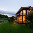 蓮田の家-大きな窓とデッキのある二世帯住宅-の写真 外観 夕景