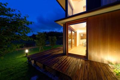蓮田の家-大きな窓とデッキのある二世帯住宅- (外観 夕景)