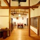 和室をなくし、料理教室が開ける広々DKへ。床も張替えて、レトロモダンなダイニングに。の写真 リビング