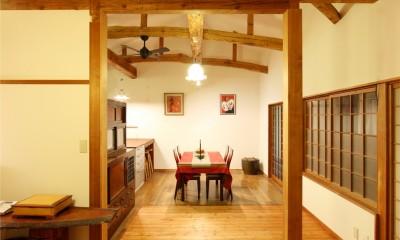 和室をなくし、料理教室が開ける広々DKへ。床も張替えて、レトロモダンなダイニングに。 (リビング)