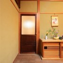 和室をなくし、料理教室が開ける広々DKへ。床も張替えて、レトロモダンなダイニングに。の写真 洋室