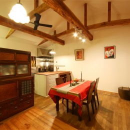 和室をなくし、料理教室が開ける広々DKへ。床も張替えて、レトロモダンなダイニングに。 (ダイニング/キッチン)
