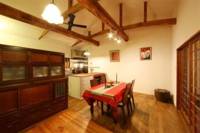 ダイニング/キッチン (和室をなくし、料理教室が開ける広々DKへ。床も張替えて、レトロモダンなダイニングに。)