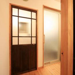 和室をなくし、料理教室が開ける広々DKへ。床も張替えて、レトロモダンなダイニングに。 (トイレ/浴室)