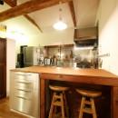和室をなくし、料理教室が開ける広々DKへ。床も張替えて、レトロモダンなダイニングに。の写真 キッチン