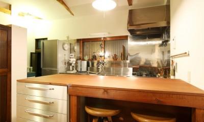 和室をなくし、料理教室が開ける広々DKへ。床も張替えて、レトロモダンなダイニングに。 (キッチン)