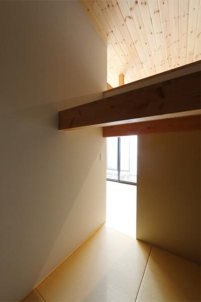 和室 (暗かった庭に光が差し込む。毎朝のラジオ体操が日課になる。暮らし方が楽しく変わる、建築家の平屋建て。)