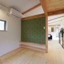 デザイナーズチェアが映えるシンプルに魅せる家の写真 洋室