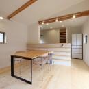 デザイナーズチェアが映えるシンプルに魅せる家の写真 ダイニング/キッチン