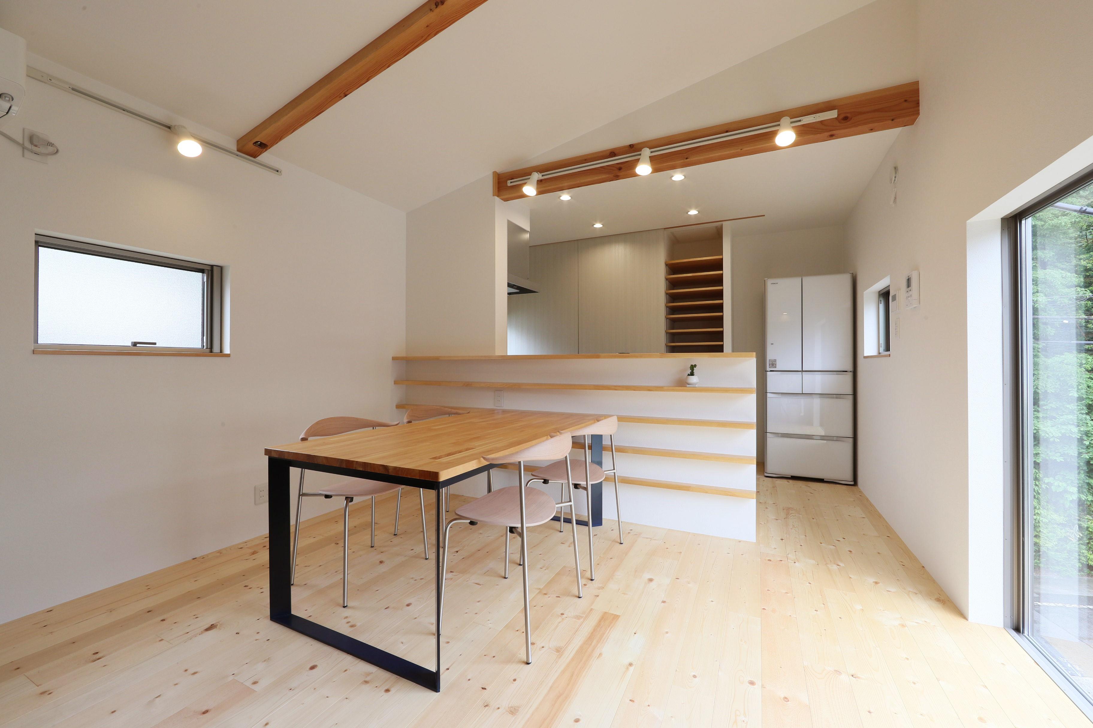 リビングダイニング事例:ダイニング/キッチン(デザイナーズチェアが映えるシンプルに魅せる家)