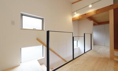デザイナーズチェアが映えるシンプルに魅せる家 (階段)