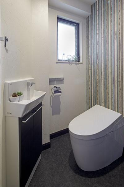 ニューヨークのクラシックなホテルをイメージした、印象深いインテリア (トイレ)
