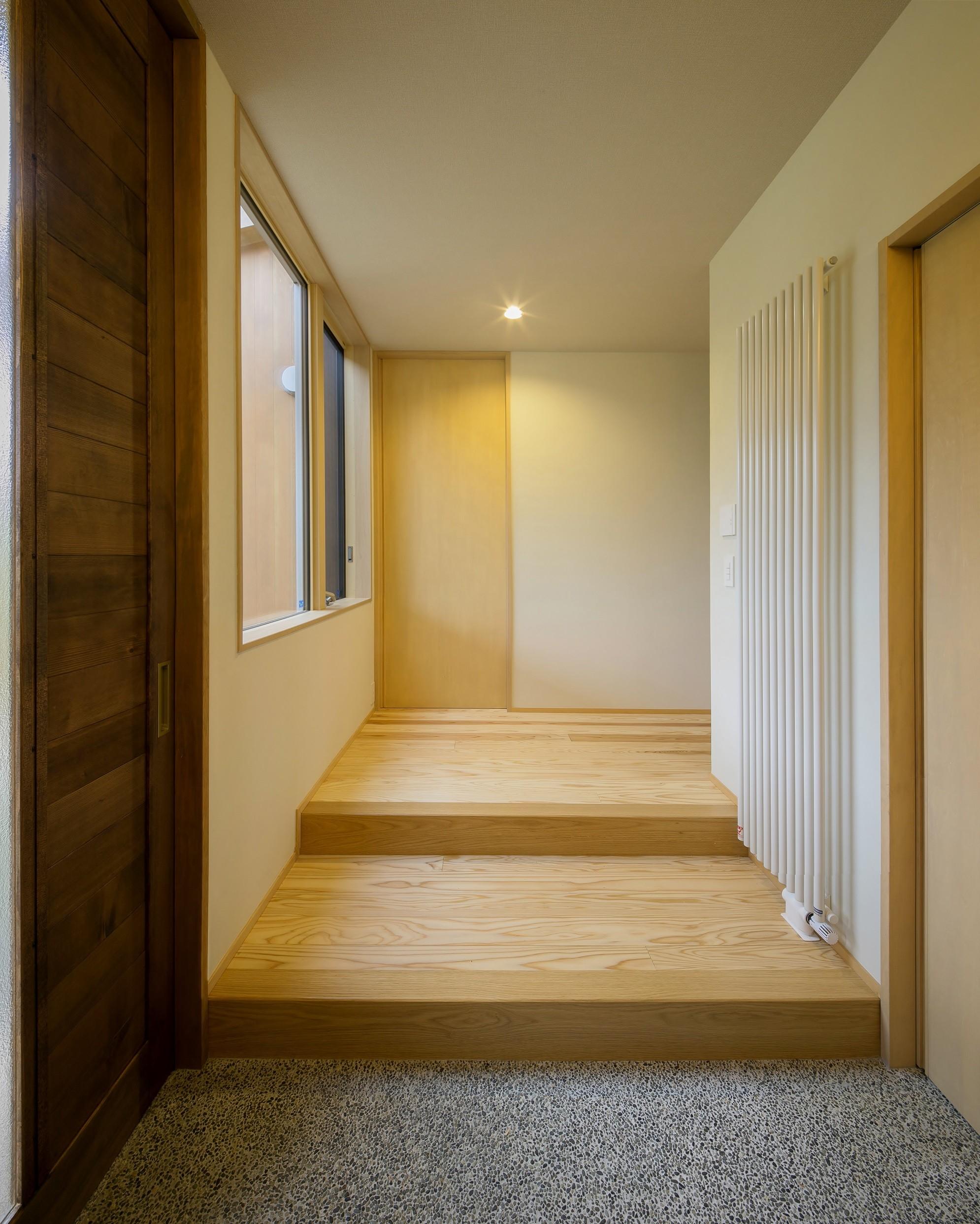 玄関事例:玄関(『上駒沢の家』プライベートを大切にした二世帯住宅)