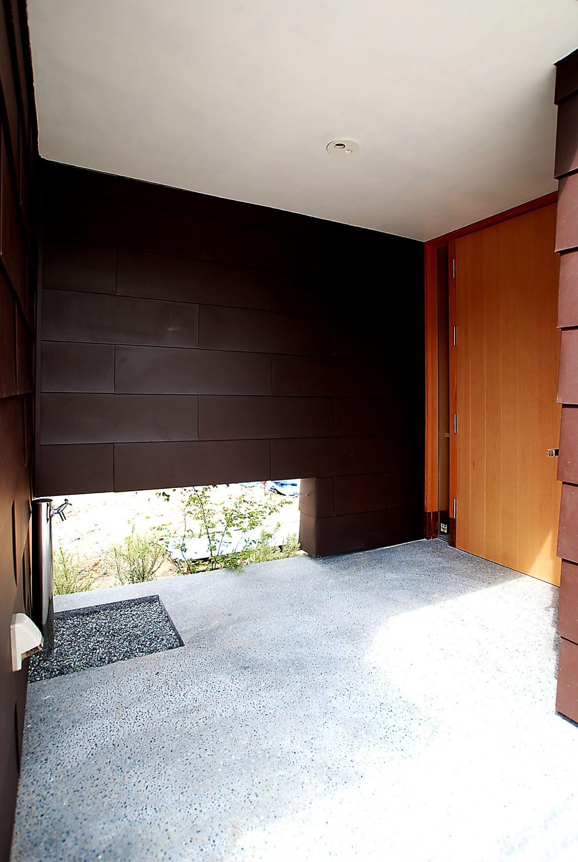 おゆみ野の家-ルーフデッキのある家- (雨に濡れない玄関ポーチ)